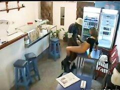 Скрытая камера в магазине снимает секс белой продавщицы и негра любовника