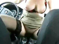 Авто леди в любительском порно оседлала ручку скоростей и отдалась пассажиру
