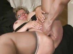 Зрелая блондинка в чулочках в анальном видео шалит в попку с любовником