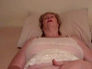 Толстая и зрелая потаскуха в порно собирается кончить от домашней мастурбации
