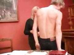 Студент в русском любительском порно поимел зрелую блондинку в рот и киску