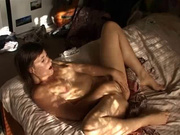Фигуристая жена в соло сцене любительского порно дрочит киску на кровати