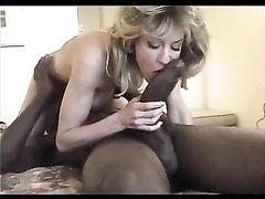 Гигантский чёрный член в порно безуспешно отсасывает белая проститутка