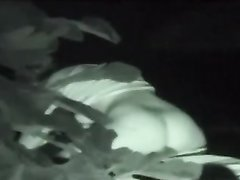 За вечерним сексом влюблённой пары в кустах подглядывает прохожий с камерой