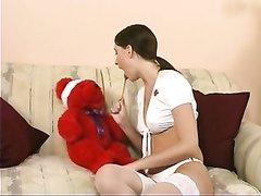 Брюнетка в чулках в порно дрочит красную дырочку крупным планом до оргазма
