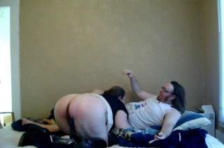 Толстая пара любовников в видео страстно трахается в постели в медленном темпе