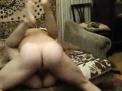 Зрелая русская домохозяйка пригласила студента для жаркого секса на диване