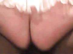 Белая домохозяйка с большой попов в интимном видео оседлала чёрный член негра
