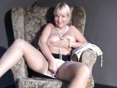 Сняв нижнее бельё зрелая блондинка в любительском порно показывает большие сиськи