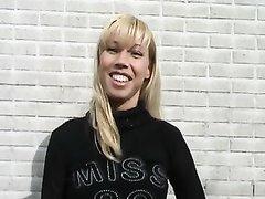 Смуглый водитель в порно лижет киску зубастой блондинке на заднем сиденье