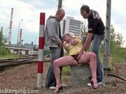 Фигурная блондинка на железной дороге устроила групповой секс с незнакомцами