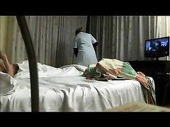 Скрытая камера в номере отеля снимает любительское видео с туристом и горничной