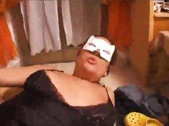 Для домашнего секса перед камерой зрелая итальянка в чулках надела маску