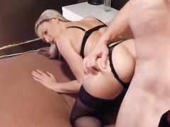 Шлюха в чулках в анальном порно трахнута с любовью в попку нежным клиентом