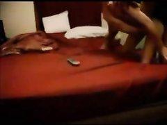 Негр натягивает белую поклонницу любительского секса в просторной постели
