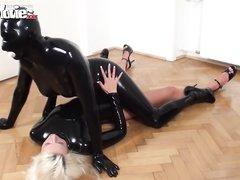 Немецкие лесбиянки в домашнем видео нарядились в латекс и применили страпон