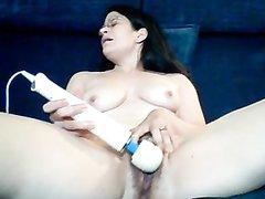 Видео с любительской мастурбацией с вибратором от зрелой дамы с волосатой киской