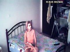 В любительском порно зрелая красотка дрочит вибратором киску под скрытой камерой