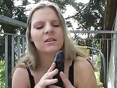 Полная блондинка с огромными сиськами на террасе шалит с чёрной секс игрушкой