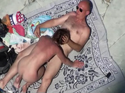 Зрелая любовница на пляже захотела секса и спутнику пришлось её удовлетворить