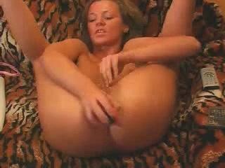 Любительница мастурбации в порно искусственным членом трахает щёлочку