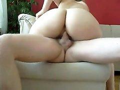 В анальном видео зрелая домохозяйка делает глубокую глотку и трахается в попу