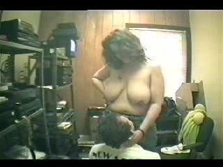 Толстая и зрелая домохозяйка пригласила соседа для сексе без обязательств