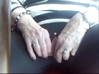 Похотливая зрелая дама в видео пытается кончить от домашней мастурбации