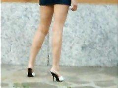 Аппетитная красотка в порно показывает дырочки на улице задирая юбку и сдвигая трусики