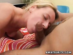 Ради анального секса зрелая блондинка готова надеть чулки и сосать член