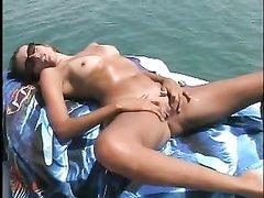 Загорелая туристка с маленькими сиськами в любительском видео сосёт у капитана