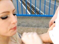 Фигуристая блондинка голая на улице ловит партнёра для любительского секса