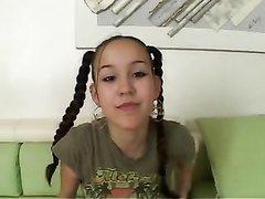Молодая брюнетка с косичками в видео от первого лица сделала чудесный минет