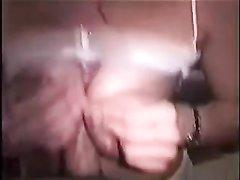 Испанка с большими сиськами в домашнем видео сосёт член для окончания на лицо
