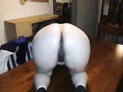 В любительском видео зрелая толстуха дрочит волосатую киску до оргазма
