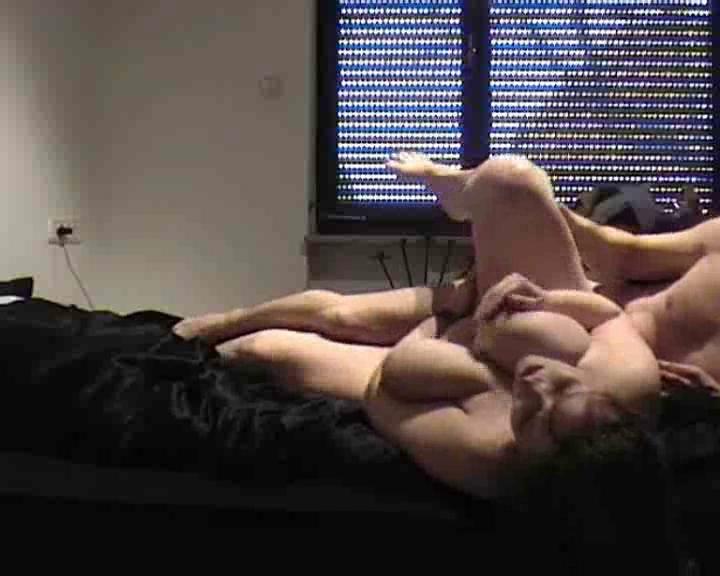 Толстая красотка с влажной щелью пригласила поклонника для домашнего секса