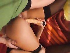 Загорелая леди с шикарной фигурой балдеет от анального секса с презервативом