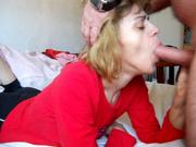 Зрелая шалава в красном платье в любительском видео сосёт и глотает сперму