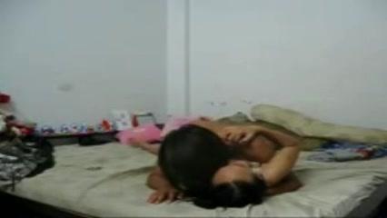 В азиатском видео молодая и влюблённая парочка в постели нежно трахается