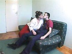 Зрелая домохозяйка в очках для любительского секса вызвала поклонника