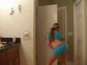 Молодая и фигуристая студентка танцует стриптиз онлайн на вебкамеру в спальне