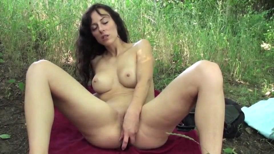 На природе зрелая любительница анального секса подцепила молодого партнёра
