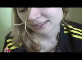 Пышная проститутка в видео от первого лица заводит клиента любительским минетом