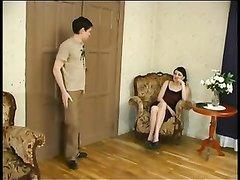 Русская похотливая брюнетка обожает любительский секс с молодым соседом