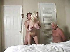 За сексом худой блондинки и её начальника тайком подглядывает ревнивый муж