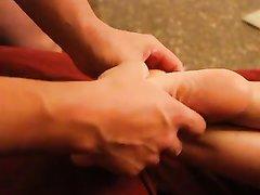 Любительский фут фетиш с окончанием на ступни снят в любительском видео