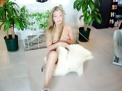 Фигуристая блондинка в любительском видео голой позирует перед камерой