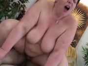 Любовник посадил на крепкий член зрелую толстуху пожелавшую активного секса
