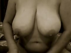 Зрелая толстуха в любительском видео облившись маслом большими сиськами дрочит член