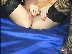 Худая брюнетка в домашнем порно в одних чулках дрочит клитор перед вебкамерой